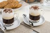 caffè con panna e biscotti primo piano - 162485108