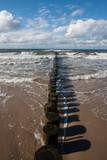 Falochrony i wzburzone morze w Ustroniu Morskim