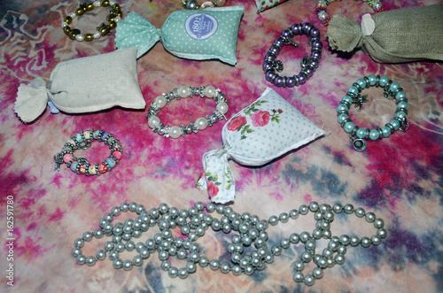 Sachets de lavande et perles multicolores en colliers et bracelets
