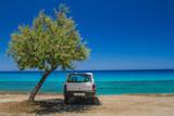 Mietwagen parkt im Schatten am Strand - 162604594