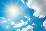 Wunderschöner blauer Himmel mit Wolken und strahlender Sonne