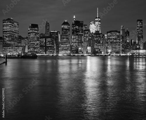 Foto op Aluminium New York Manhattan skyline reflected in East River at night, New York City, USA.