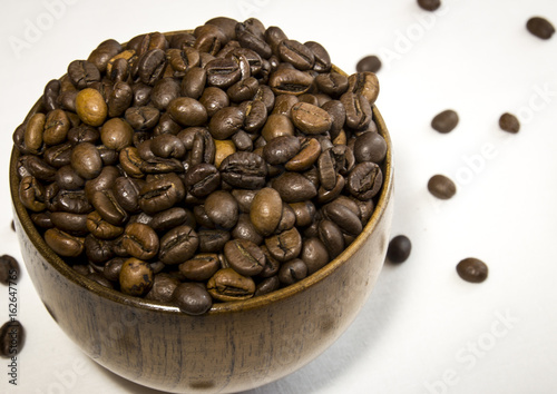 the bowl of fragrant coffee in grains