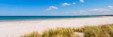 Ostseeküste mit türkisfarbenen Meer und Dünengräsern