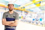 Monteur/ Arbeiter in einer Industriehalle