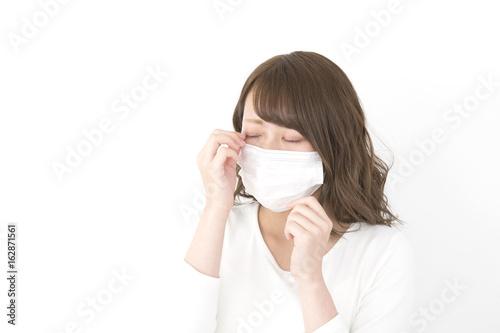 マスクの女性 眼が痒い 花粉症 風邪 汎用 Poster