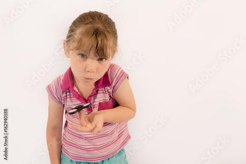 jeune fille et son hand spinner Poster