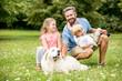 Kinder mit Retriever und Vater