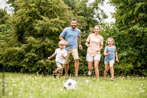 Familie spielt zusammen Fußball