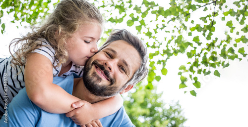 Tochter gibt Vater einen Kuss