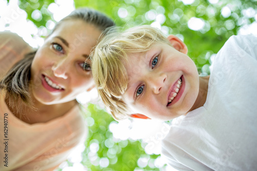 Glücklicher Junge und seine Mutter