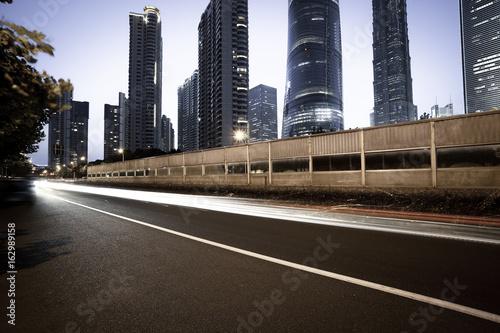 Foto Spatwand Shanghai Empty road surface with city landmark buildings of night