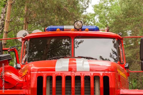 Samochód strażacki z bliska w lesie. Gaśnictwo
