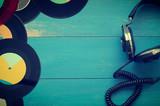 Vintage słuchawki z starymi płytami winylowymi