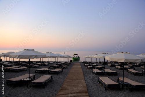 Parasole i leżaki na plaży na wyspie Rodos.