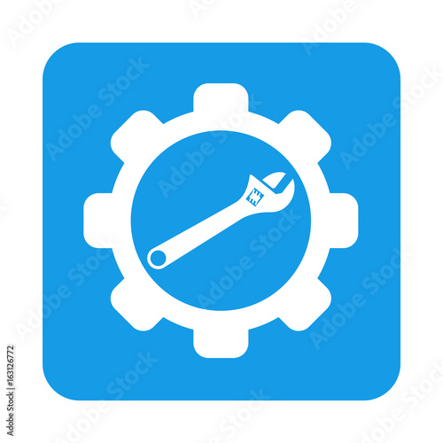 Icono plano engranaje con llave inglesa en cuadrado azul