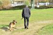 Pan z psem na spacerze