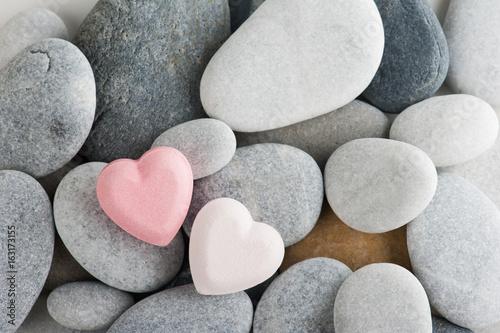 Układ kamieni, różowe bomby