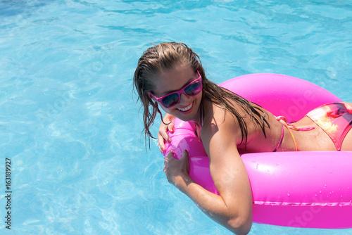 Frau im Pool mit Schwimmreifen