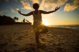 Yoga im Sonnenuntergang am Sunset Beach auf O'ahu, Hawai'i