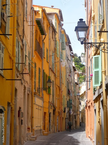 Ruelle pittoresque à Menton (France)