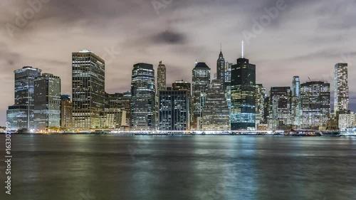 Foto op Aluminium New York Time lapse! Financial district, Manhattan Island, New York City at night. Seen from Brooklyn.