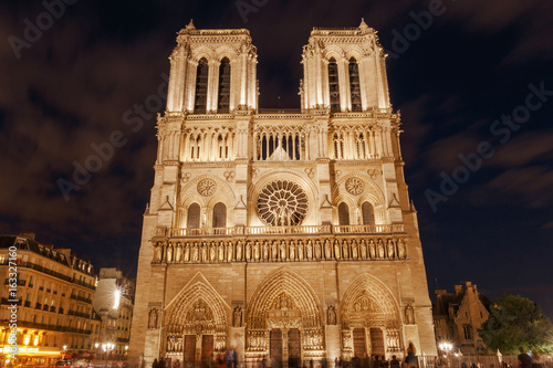 Papiers peints Paris view on front side of Notre-Dame de Paris Cathedral at night