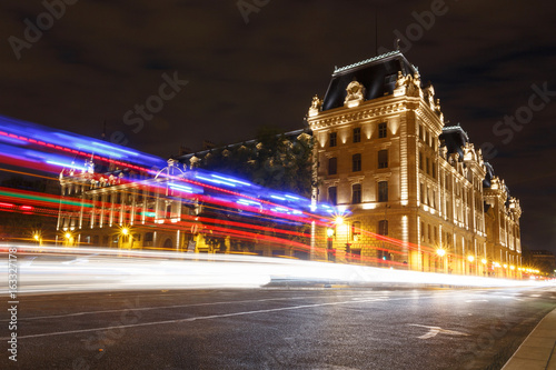 Foto op Plexiglas Parijs tracks of cars against Paris Police Prefecture building
