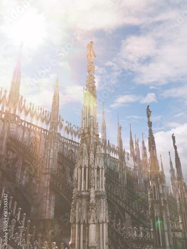 Dom im Sonnenschein mit blauem Himmel - Mailand Italien