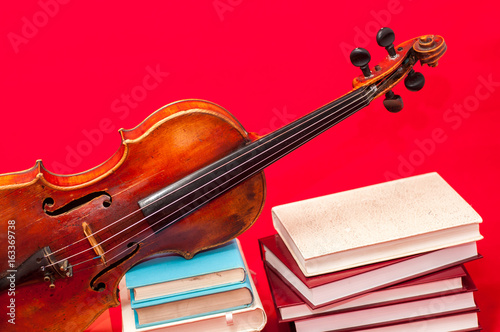 instrumento-musical-viejo-violin-en-un-libro-y-pila-de-libros