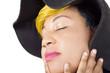 Gros plan  de belle femme portant un chapeau noir et posant les yeux fermés
