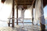 homme qui fait du yoga sur une terrasse sur la mer - 163376920