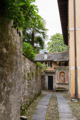 Ruelle du vieux village sur l'île de Isola San Giulio