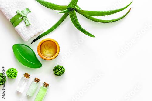 Papiers peints Jus, Sirop Skin care. Aloe vera gel and aloe vera leafs on white background top view copyspace