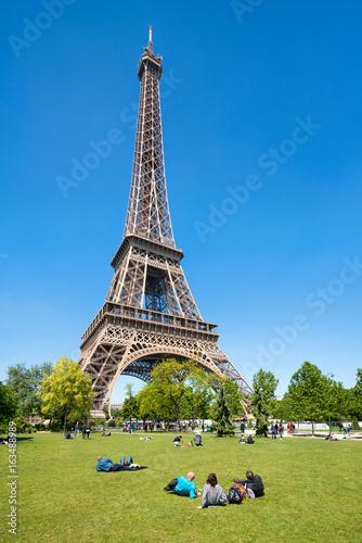 Touristen am Eiffelturm in Paris, Frankreich