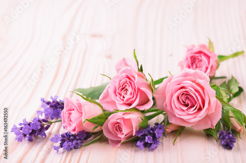 Rosen und Lavendel auf Holz