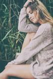 Sensibles Portrait einer jungen Frau am See - 163588327