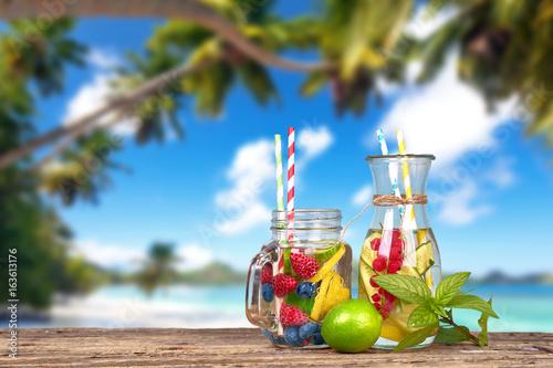 erfrischendes Detoxwasser am Strand - 163613176