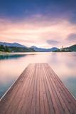 Drewniany taras prowadzący do jeziora Bled w Słowenii