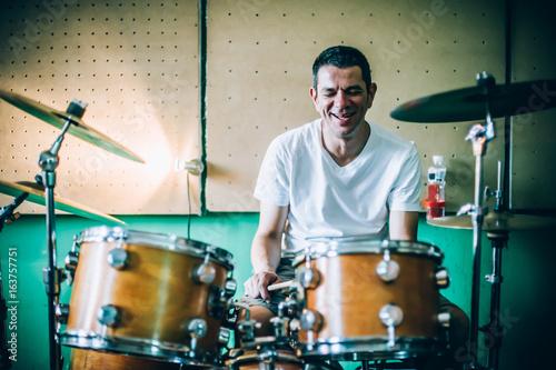 Staande foto Muziekwinkel Behind scene. Drummer artist musician playing the drums with drumsticks
