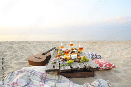 Top view beach picnic table - 163768321
