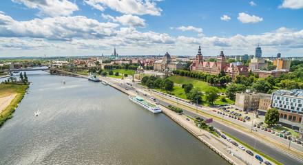 Szczecin - rzeka Odra i Bulwar Chrobrego. Krajobraz Szczecina z lotu ptaka z widocznymi Wałami Chrobrego.