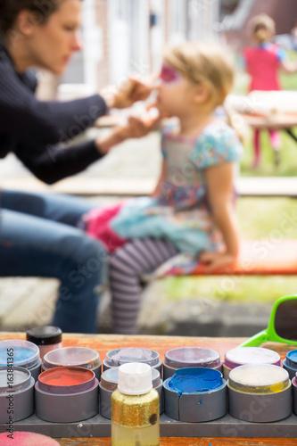 Fotobehang Amusementspark Kinder schminken im Freizeitpark