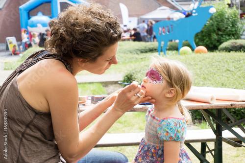Foto op Aluminium Amusementspark Kleines Mädchen wird geschminkt