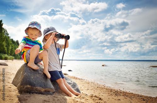 siostra-i-brat-w-poszukiwaniu-skarbow,-piaszczysta-plaza-morze