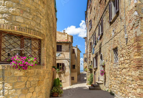 Poster Smal steegje historic town of Volterra, tuscany, italy