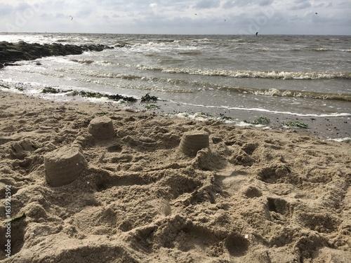 Sandburgen direkt am Meer