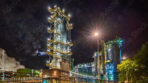 Industrieskyline in der Nacht. Moderne Fabriken.