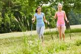 Zwei junge Frauen beim Nordic Walking - 164029141
