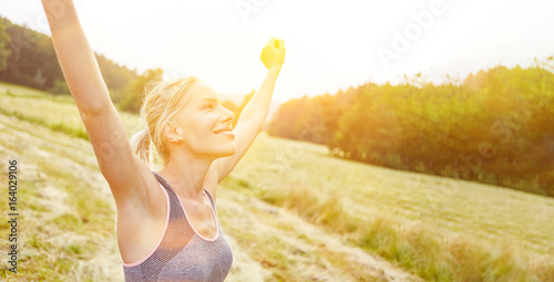 Frau findet Entspannung und Freiheit in Natur © Robert Kneschke